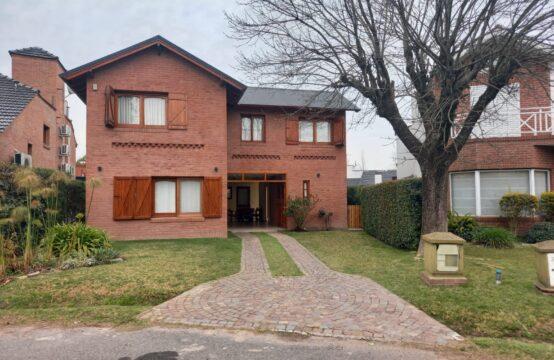 Venta Hermosa Casa de Tres Dorm. Country Club Banco Provincia